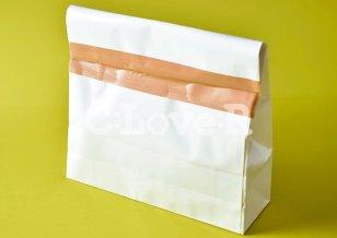 厚紙封筒にテープで封をした状態